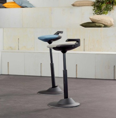 Aeris-Muvman-Active-Sit-Stand-Stool-in-Reception-Area