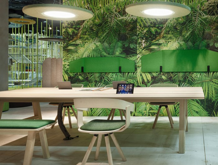BuzziDesk-Flexible-Acoustic-Screen-Wall-Mounted-with-FixWall-in-Green-Space-with-Wooden-Furniture-Natural-Style