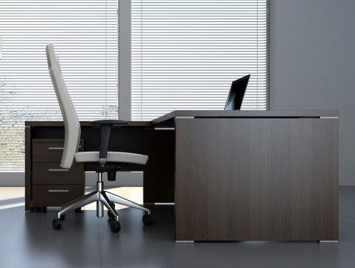 Quando return desk side angle