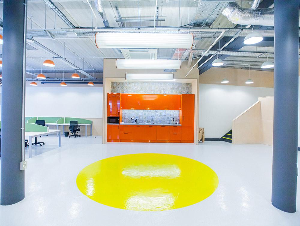 Open area, open floor with yellow big dot