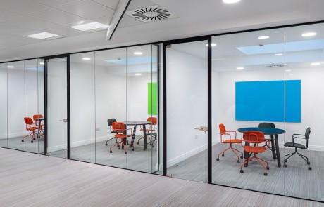 Social-Talent-Meeting-Rooms-Layout-New-School-Castor-Wheel-Chairs-with-Black-Round-Meeting-Table-and-Glass-Mangentic-Boards